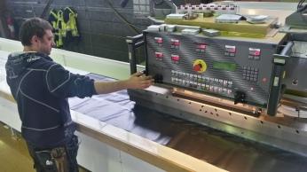 Høyfrekvent sveisemaskin brukes til å sammenføye PVC-duk. Skjøtene blir tette og sterke.